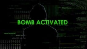Pirata informático de sexo masculino anónimo que activa remotamente la bomba presionando el botón, terrorismo metrajes