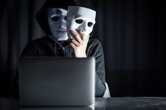 Pirata informático de sexo masculino del misterio que lleva a cabo la máscara blanca fotografía de archivo libre de regalías