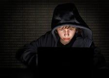 Pirata informático del adolescente en el ordenador Foto de archivo