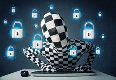 Pirata informático en disfraz con símbolos e iconos virtuales de la cerradura Imágenes de archivo libres de regalías