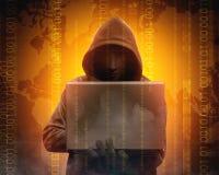 Pirata informático en ordenador portátil negro de la tenencia de la sudadera con capucha con su mano y mapa del mundo con código  fotos de archivo
