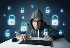 Pirata informático joven con símbolos e iconos virtuales de la cerradura Imagen de archivo libre de regalías
