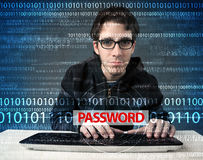 Pirata informático joven del friki que roba contraseña Foto de archivo