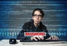 Pirata informático joven del friki que roba contraseña Imágenes de archivo libres de regalías