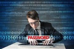 Pirata informático joven del friki que roba contraseña Fotos de archivo libres de regalías