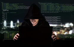Pirata informático joven en concepto de la seguridad de datos fotos de archivo