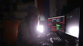 Pirata Informático Programador Que Trabaja Con Código De Datos En Un ...