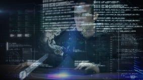 Pirata informático que mecanografía en el ordenador almacen de video