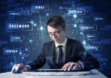 Pirata informático que programa en el ambiente de la tecnología con los iconos cibernéticos Fotografía de archivo libre de regalías