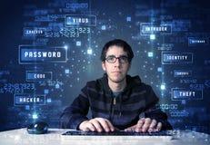Pirata informático que programa en el ambiente de la tecnología con los iconos cibernéticos Imagen de archivo