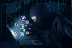 Pirata informático que roba cuenta social de la red Fotografía de archivo