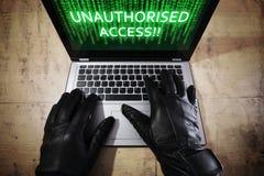Pirata informático que roba datos de una computadora portátil imágenes de archivo libres de regalías