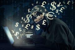 Pirata informático que roba el dinero con la transacción en línea Foto de archivo