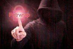 Pirata informático que señala ataque cibernético del ransomware de Petrwrap fotos de archivo libres de regalías