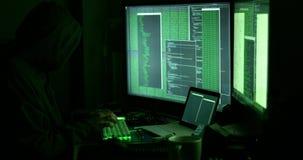 Pirata informático que trabaja con los ordenadores almacen de video