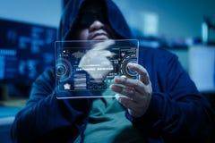 Pirata informático que usa claramente la tableta con el panel de HUD y datos de la barra del gráfico del código Foto de archivo