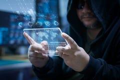 Pirata informático que usa claramente la tableta con el panel de HUD y datos de la barra del gráfico del código Fotos de archivo