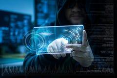 Pirata informático que usa claramente la tableta con el panel de HUD y datos de la barra del gráfico del código Imágenes de archivo libres de regalías