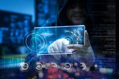 Pirata informático que usa claramente la tableta con el panel de HUD y datos de la barra del gráfico del código Fotografía de archivo