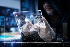 Pirata informático que usa claramente la tableta con el panel de HUD y el gráfico del código del bitcoin Fotos de archivo