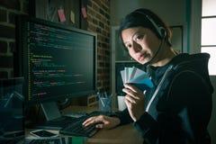 Pirata informático que usa el código que roba la información de la tarjeta de crédito fotografía de archivo libre de regalías