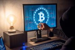 Pirata informático que usa el ordenador para la moneda digital que lava plancha fotografía de archivo libre de regalías