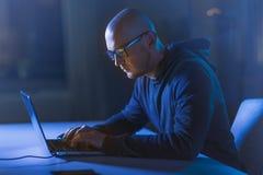 Pirata informático que usa el ordenador portátil para el ataque cibernético fotos de archivo libres de regalías