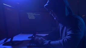 Pirata informático que usa el virus de ordenador para el ataque cibernético metrajes