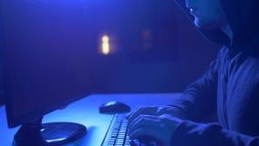 Pirata informático que usa el virus de ordenador para el ataque cibernético almacen de video
