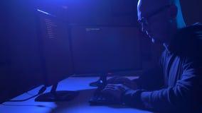 Pirata informático que usa el virus de ordenador para el ataque cibernético almacen de metraje de vídeo