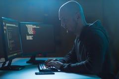 Pirata informático que usa el virus de ordenador para el ataque cibernético foto de archivo