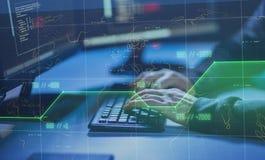 Pirata informático que usa el virus de ordenador para el ataque cibernético imagen de archivo