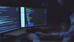 Pirata informático serio que trabaja en la noche almacen de video