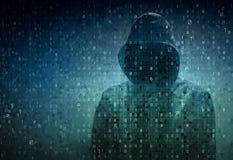 Pirata informático sobre una pantalla con código binario Fotos de archivo