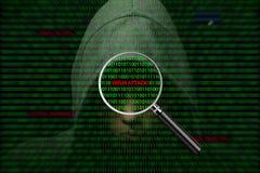 Pirata informático sobre una pantalla con código binario y los mensajes de advertencia fotografía de archivo