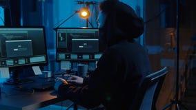 Pirata inform?tico que usa el ordenador para el ataque cibern?tico en la noche almacen de video