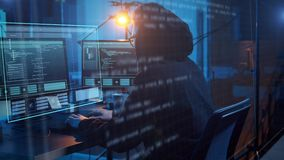 Pirata inform?tico que usa el virus de ordenador para el ataque cibern?tico almacen de metraje de vídeo