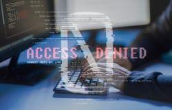 Pirata inform?tico que usa el virus de ordenador para el ataque cibern?tico fotografía de archivo libre de regalías