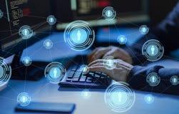 Pirata inform?tico que usa el virus de ordenador para el ataque cibern?tico foto de archivo libre de regalías