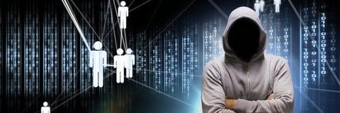 Pirata informatico anonimo con le icone binarie dell'interfaccia e della gente di codice macchina Fotografia Stock