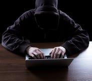 Pirata informatico anonimo nello scuro Fotografia Stock