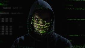 Pirata informatico che controlla iscrizione sul monitor, ologrammi che riflettono sul fronte archivi video