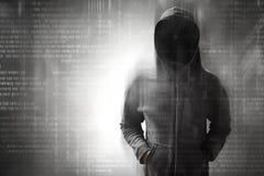 Pirata informatico che controlla sul codice binario Fotografia Stock