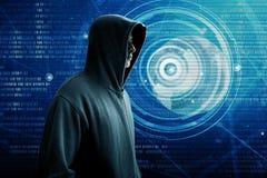 Pirata informatico che controlla uno schermo immagine stock