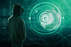 Pirata informatico che controlla uno schermo immagine stock libera da diritti