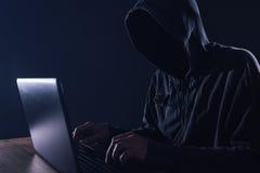 Pirata informatico che esclude firewall hardware sul computer portatile Fotografie Stock