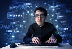 Pirata informatico che programma nell'ambiente di tecnologia con le icone cyber Fotografia Stock