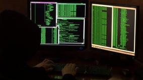 Pirata informatico che rompe codice Pirata informatico criminale con il cappuccio nero Fotografia Stock Libera da Diritti