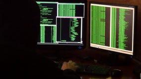 Pirata informatico che rompe codice Pirata informatico criminale con il sistema di rete penetrante del cappuccio nero dalla sua s Fotografia Stock