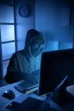 Pirata informatico che ruba i dati dal computer Fotografia Stock Libera da Diritti